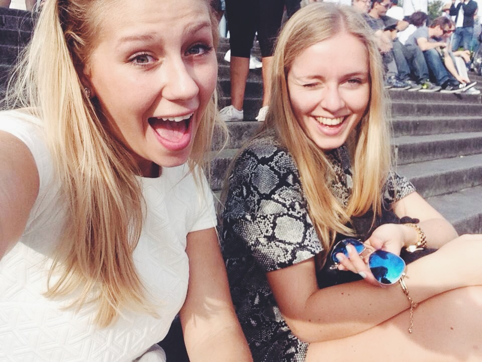 Céline taking a sélfie of us while sitting in front of the Sacré Cœur enjoying the beautiful view over Paris…